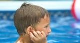 Чому не можна витрушувати воду з вух дитини?
